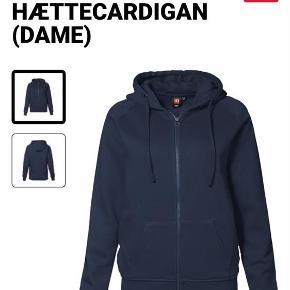 Brand: ID Varetype: Hættecardigan Farve: Blå Oprindelig købspris: 350 kr. Prisen angivet er inklusiv forsendelse.  BYTTER IKKE