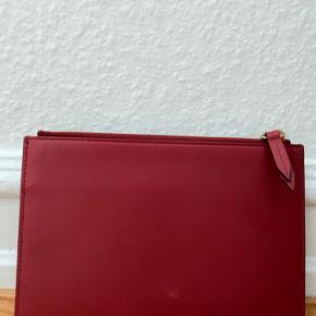 Købt i Gucci outlet i USA  Mål er 15x22 Bagpå kan der ses en misfarvningsplet.