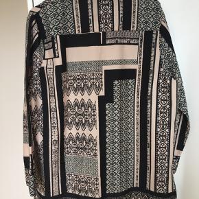 Super fed pyjamasinspireret skjorte med feminint print i pudder, sort og grøn. Snittet er ret lige op og ned og den vil også kunne bruges åben som jakke eller cardigan. Den har lommer, slidser i siden og er lidt længere bagtil. Str L men passer flere str pga snittet. Kom med et bud. NP: 700kr.  Varen befinder sig i 9520 Skørping. Sender med DAO.  Se også min øvrige annoncer. Jeg sælger tøj, sko og accessories. Pt er min shop fuld af vintagekup, high street fund og mærkevarer i mange forskellige str. Kig forbi og spøg endelig!