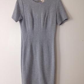 Tætsiddende kjole fra H&M med flot pasform. Kun brugt få gange.