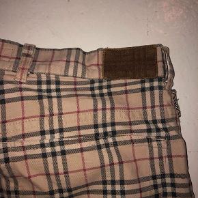 Klassiske og meget ægte burberry bukser, der sjældent ses som disse! Sidder super godt på en og været til stor glæde for mig:))