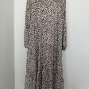 Smuk kjole fra Prepair med tilhørende underkjole. Kjolen er et par måneder gammel og er derfor så god som ny. Jeg er selv en størrelse M, men den passes af både M og S.