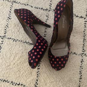 Fine italienske sko med lyserøde prikker på