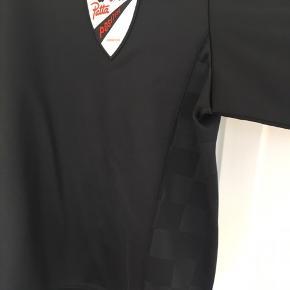 Patta sweatshirt og tilhørende indkøbspose. Brugt ganske få gange, særlig model, købt i Barcelona.
