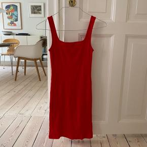 lækker rød bodycon kjole med en rigtig lækkert pasform😻 super fin med en buckethat eller en tynd hvid skjorte ud over. skriv hvis du har spørgsmål✨  *kan hentes hos mig på østerbro eller sendes med DAO, jeg mødes ikke ☺️