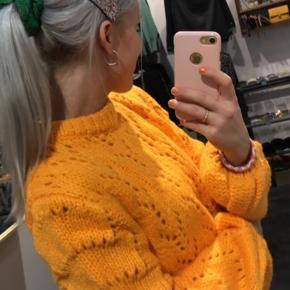 Sweater, God, men brugt. Slagelse - Lidt nusset på armene men ellers meget fin stand. Smukkeste appelsin farve. Sweater, Slagelse. God, men brugt, Brugt en periode og har derfor mindre tegn på brug