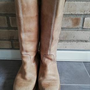 Fede støvler i lækkert skind, lysebrun/sandfarvede. Brugte med patina, men stadig masser af timer i dem endnu :-) Spørg endelig :-)