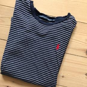 Ralph Lauren Sport i blå og hvidstribet. Størrelse small 😊
