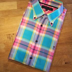 Super multi sej skjorte fra Tommy Hilfiger med korte ærmer.  Se også alle mine andre annoncer af mærkevarer i høj kvalitet og stand til vanvittigt lave priser.