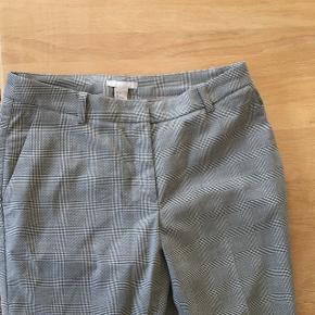 Sælger disse ternede habitbukser fra H&M, aldrig brugt kun prøvet på Str 36 Køber betaler fragt BYD :)
