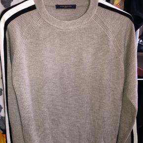 LV sweater med det dejligste materiale nogensinde  Den fremstår helt som ny og brugt få gange kun   Kun seriøse henvendelser