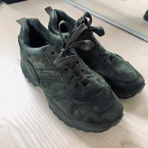 Fede mørkegrønne / armygrønne sneakers i str. 40. Brugt få gange. Sælges da jeg ikke får dem brugt. 🥰  Kan sendes med DAO for købers regning 🤍  Der gives mængderabat, så kig endelig mine annoncer igennem 🌸