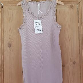 Pompdelux top med blondedetaljer Str 146-152 NMM De kalder farven purple, jeg vil sige lys rosa  75 kr Np 120
