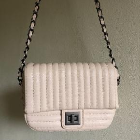 Lyserød/beige taske i lædermateriale. Byd