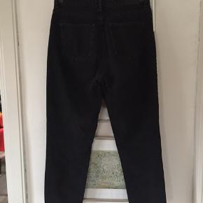 Taiki jeans i str 28, passer str 36/38. Fin stand, har dog et hul på benet, se billede. Pris 50,-pp Bytter ikke.