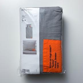 IKEA X VIRGIL ABLOH Dyne+ pudebetræk  Stand: Helt nyt i indpakning  Størrelse: Dynebetræk: 150X200 CM  Pudebetræk: 50 X 80 CM  Bemærk at størrelsen er en lille smule anderledes end de betræk, som blev solgt i dk (dette sæt er fra udlandet).  Indeholder: Sættet indeholder et dyne- og pudebetræk.