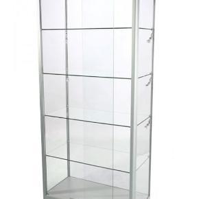 Super flot glas-vitrineskab med indbyggede halogen-spots, der kan tændes og slukkes med fjernbetjening. Skabet kan aflåses. Jeg har selv brugt det til en flot udstilling af tasker, men det kan selvfølgelig bruges til meget andet. Det er glas, så det vejer lidt og kan afhentes på Østerbro.