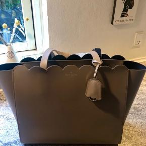 Smuk shopper i 100 % læder. Farven hedder taupe og der er navy læder indeni og på indersiden af taskeremme. Et stort rum og et lille rum indeni. Hardware er i sølv. Ingen slid eller pletter. Brugt 2 gange.  Plads til både PC og alt det andet:-)