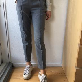 Super finde habitbukser str. XS fra Zara med elastik i taljen sælges - se også mine andre spændende annoncer, da jeg sælger ud af klædeskabet ☀️. Jeg sender gerne ved betaling med MobilePay - Porto GLS eller DAO 36kr.