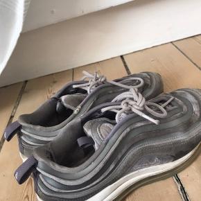 """Sælger disse Nike air max 97 i grå. De er brugt meget men ser stadig pæne ud. Dog skal det lige siges at begge er """"punkteret"""" der hvor det der """"air"""" er. De kan sagtens bruges stadig på trods af det. Bare byd:)"""