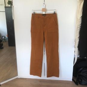 70'er inspirerede vintage bukser. Har er lille mærke på buksebenet som kan ses på højre side af billede 2.