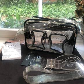 Tasken er som også set på billederne brugt, der er små rifter og mangler få knapper, eller super stand😃 Købt i massage og har kvittering og de tasker jeg fik med da jeg købte den👍 alt medfølger  Transparent taske, skuldertaske, crossbody, retro