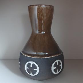 Vase i pæn stand. Ingen skår eller revner.  Højde ca. 16 cm. Diameter øverst ca. 5,5 cm. Diameter nederst ca. 11 cm.  Hentes i Roskilde eller sender med DAO mod betaling af fragt.