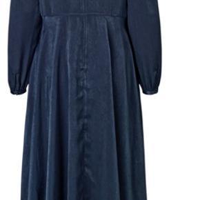 Fineste blå artfusion Copenhagen kjole!  Lækreste bløde materiale og et virkelig flot fald.    Klik på billedet for at se!  Er på bud til 600,- og koster oprindeligt 1500,-  Mp 300 da den kun er brugt en enkelt dag! 😌😌😌