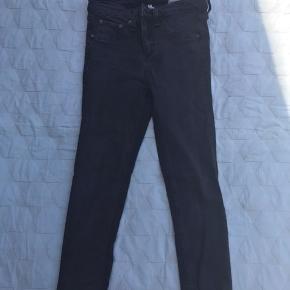 Sorte jeans fra Rag & Bone str 26. Masser af stræk i. De er klippet over forneden og måler fra skridtet og ned 60 cm. Fra ikke-ryger-hjem. Sender gerne med dao. Bytter ikke.