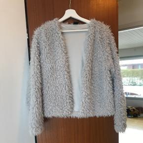 Sælger denne fake fur jakke i lysegrå fra Gina Tricot i størrelse L. Fremgår som ny.