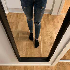 Obs. Jeg sletter denne annonce i slutningen af uge 44  Rigtig fine bukser fra Calvin Klein, har størrelsen W27 og L32. De er næsten aldrig brugt, dog er limen på det stykke stof, der sidder bag det ene hul gået op. Der har aldrig siddet et stykke stof på det andet hul.  Kom med et bud :)
