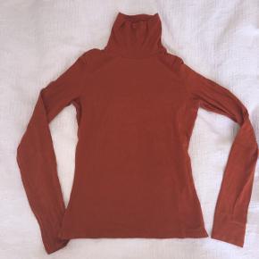 Monki turtleneckStr xs  Købt i Monki for: 250kr (kan ikke fås i butikken mere)  Brændt orange, høj hals, lange ærmer.  Brugt, men i god stand.