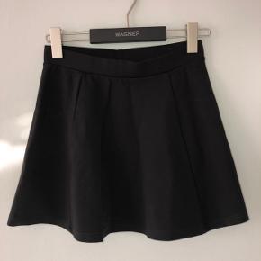 Mærket er taget af men den er aldrig brugt. Fin kort a-line nederdel. Den er størrelsessvarenede.