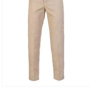 Normale dickies slim fit bukser i en beige farve. Købte dem i den forkert størrelse så de er aldrig brugt, kun prøvet på! ingen tegn på brug. Nypris er 450kr. Køber betaler fragt🤠