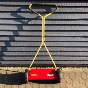 Kan du lide nyklippet græs?  Så har du nu muligheden for at erhverve dig denne høstmaskine. En cylinderklipper fra svenske KLIPPO som tilmed er produceret i Sverige. Knivskarp. Klipper som var den ny, har være skyllet efter hver klipning. Ikke klippet ret meget. Har lidt patina, men det gør den bestemt ikke ringere.