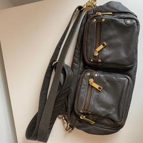 Små ridser i guldet på tasken.