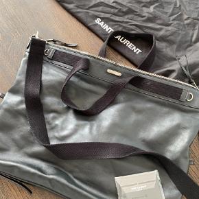 Brand: Saint Laurent Varetype: Andet Størrelse: Lille rejse taske Farve: Sort Oprindelig købspris: 8999 kr. Kvittering haves.  Næste som ny aldrig brugt   Købt hos MR Porter