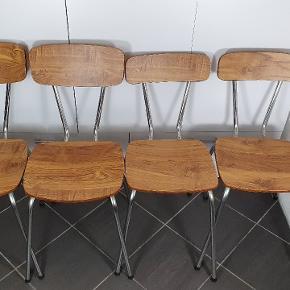 4 søde stole. Samme sidde højde. 2 stk. Har bredere ryg for at give et spil. Tag alle 4 for 150kr. Skriv endelig ved spørgsmål 😀