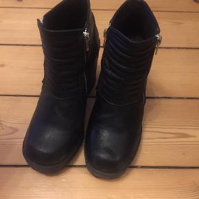 Brand: Diviede Varetype: Bikerstøvler Farve: Sort Oprindelig købspris: 450 kr.  Støvlerne er brugt 5-6 gange. De er fra Diviede, HogM. De er i kunstlæder.