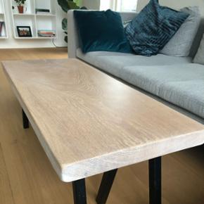 Emma Nordic Wood design sofabord/bænk. Bordplade er skåret ud fra et 5 cm tykt stykke plank,hviler på sorte pulverlarkerede stålben, og er behandlet med Osmo olie, som er ekstrem modstandsdygtig. L: 102 cm. B: 43 cm. H: 40 cm.