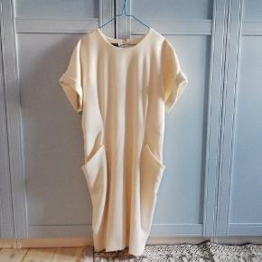Kjolen er aldrig brugt og fremstår som helt ny uden slid.