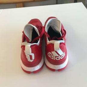 Adidas Basketsneakers, brug få gange til håndbold træning, sælger da jeg ikke kan passe dem :)