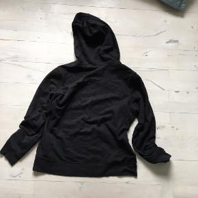 Sælger denne flotte sorte gap hoodie, er aldrig brugt og helt ny har bare ligget i min skuffe den er str M  Skriv hvis du vil have flere billeder mål osv