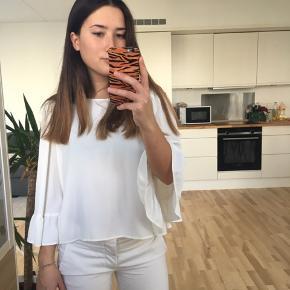 Sød bluse fra Zara i str. S. Den er brugt meget sparsomt, men har to små pletter, som man ikke rigtigt ser (kan ses på billede). Prisen er dog sat derefter☺️