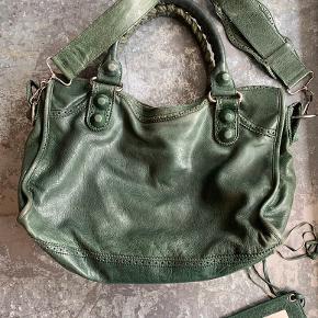 Sælger min smukke Balenciaga i smuk unik grøn farve. Den er utrolig velholdt, med små små brugstegn. Original dustbag og spejl medfølger.