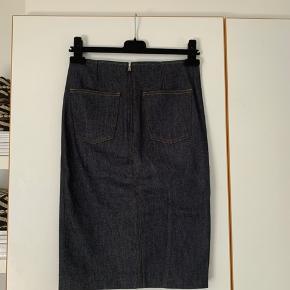 Sælger denne fine denim nederdel fra Filippa K. Den har en slids foran, lynlås lukning bagpå og lommer bagpå☺️