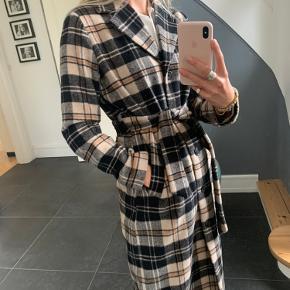 Sælger min flotte Envii frakke med bånd i taljen. Den er købt sent i vinter-halvåret i år og derfor ikke brugt ret meget. Der er hverken fejl eller mangler! 🌼