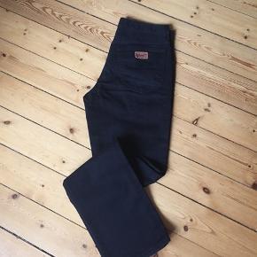 Sorte Wrangler jeans i størrelse W32 Model: TEXAS Er som nye. Kan prøves. Åben for bud😊  Afhentes 2450 Kbh Sv Sender med DAO.  Se alle mine annoncer hvis du klikker på mit profil navn - OBS jeg gir mængderabat🧚♀️