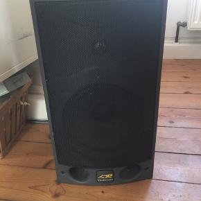 Professionelle hi-fi højtalere fra Celestion med basudgang på 8 tommer. Aktiv. KR4 ohm, 150 watt. Spiller super godt og kan spille højt med rigtig god lyd. Prisen er for 2 stk.Der medfølger beslag så de kan sættes op på væggen.