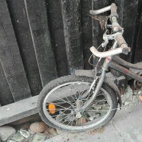 Børnecykel, trænger til en klud, lidt olie og luft. Kan afhentes gratis.  Cyklen befinder sig i 8950 Ørsted